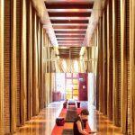 """Traversé par un couloir théâtral, la """"cathédrale"""", le lobby du Faena Hotel, ouvre sur un univers signé Starck, tout en luxe feutré, décor baroque et détails décalés."""