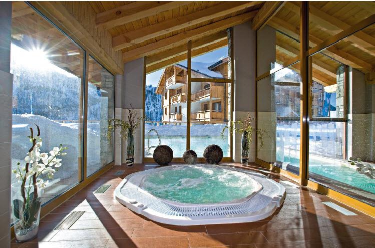 Bains bouillonnants et massages antistress : après l'effort sur les pentes neigeuses, le spa du Hameau des Airelles joue la carte du réconfort et se privatise lors d'incentives régénérants.
