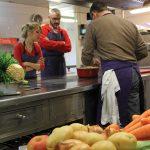Après avoir fait son marché en compagnie de petits groupes exclusifs, Rogier van den Biggelaar, chef au Relais Royal, dévoile ses secrets de cuisine.