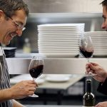 En accueillant dans leurs cuisines des cadres d'entre-prises triés sur le volet, les chefs étoilés transmettent autant leur savoir-faire que leur passion des bonnes choses.