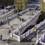 Enjambant la rivière Ljubljanica, le Triple pont a été aménagé par Joze Plecnik. Cet architecte a embelli sa ville natale, laissant presque à chaque coin de rue la trace d'une œuvre éclectique, autant inspirée de la plastique gréco-romaine que de la pompe du baroque ou de la Sécession viennoise.