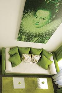 Avec ces tons pepsy et son urbanité tendance, le Room Mate Laura à Madrid illustre l'histoire d'un groupe hôtelier devenu grand d'Espagne. En version movida plutôt que Siècle d'or.