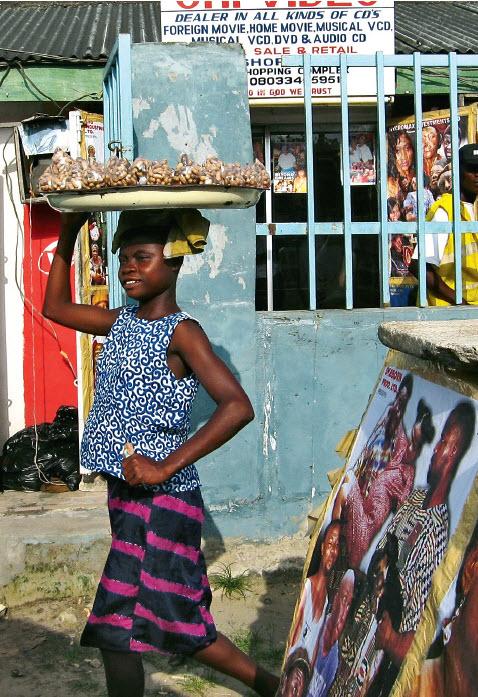 Géant démographique, le Nigéria affche de grandes disparités entre une classe aisée avide de consommer et une population très jeune qui, pour moitié, vit en dessous du seuil de pauvreté.