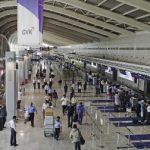 """Bombay Chhatrapati Shivaji International se repositionne comme le principal hub indien, notamment depuis l'ouverture début 2014 d'une toute nouvelle aérogare, l'une des plus belles d'Asie. Hub de Jet Airways – qui dessert depuis peu Paris – et de son partenaire Etihad, la plate-forme devrait encore gagner en efficacité avec le transfert l'an prochain des lignes domestiques dans le même terminal. Claire, rapide, l'aérogare impressionne par son offre avec de nombreuses boutiques de design indien, mais aussi l'une des plus belles collections d'art à admirer en Asie. Avec 7 000 oeuvres, aussi bien contemporaines que très anciennes, disséminées dans l'aérogare, le terminal a été surnommé le """"T2 Museum"""". C'est un peu comme si Le Louvre s'était réinstallé à Orly. À ne rater sous aucun prétexte entre deux avions, quitte à faire l'impasse sur le shopping ou les salons."""
