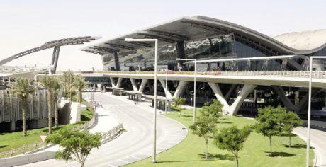 """Après quelques retards, le Doha Hamad International Airport a fnalement ouvert ses portes au public en juin dernier, devenant de facto le plus sérieux concurrent à Dubai. La plate-forme est la base du transporteur Qatar Airways, très actif vers le sous-continent indien (22 destinations) et l'Asie du Sud-Est (11 destinations). Le nouvel aéroport aligne quant à lui les superlatifs. Les passagers en transfert ont un temps de transit garanti de 30 minutes grâce à des unités volantes de sécurité et de check-in, en action en cas de retard. L'aérogare est conçue comme un """"resort"""", avec plusieurs boutiques, des restaurants et bars, des salons, un hôtel, un centre de remise en forme avec piscine, un spa et même deux courts de squash ! Les passagers ayant quelques instants de loisir pourront également admirer les oeuvres d'art disséminées dans l'aérogare."""