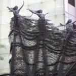 3 — Une statue monumentale accueille les visiteurs au Plaza Indonesia, l'un des hauts malls de la capitale. Le symbole, peut-être, de fashionistas prises dans les mailles du démon du shopping.