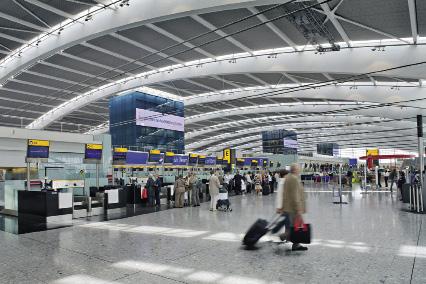 """Hub de British Airways et de ses partenaires oneworld, le terminal 5 à Heathrow est l'un des plus modernes et efficaces d'Europe. Mais, surtout, il est une véritable vitrine du """"made in Britain"""". Toutes les marques britanniques sont présentes dans ce terminal qui prend des allures de centre commercial, de Harrods à Paul Smith, du restaurant de la star britannique des fourneaux Gordon Ramsay au pub traditionnel. De nombreuses boutiques proposent des produits exclusivement réservés au terminal 5. Les esprits chagrins trouvent en revanche que le terminal met très peu en valeur la culture britannique, hormis des sandwichs, de la bière et des souvenirs plus ou moins réussis..."""