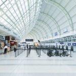 Air Canada a fait de Toronto son principal hub international. La compagnie y propose plus de 350 vols quotidiens domestiques et internationaux. La plateforme est particulièrement agréable et facile à appréhender pour les voyageurs souhaitant se rendre au Canada (31 destinations), mais surtout aux États-Unis (51 destinations). Car c'est là l'un des gros point forts de l'aéroport vis à vis des voyageurs en transit vers les grandes villes des USA : les services d'immigration américains étant disponibles à Toronto, ce qui permet d'éviter les files d'attente interminables à l'arrivée aux États-Unis. Côté détente et shopping, Toronto Pearson propose une centaine de boutiques et restaurants, le WiFi gratuit, des espaces d'exposition – y compris de véritables squelettes de dinosaure ! – et même un service de manucure en dix minutes.