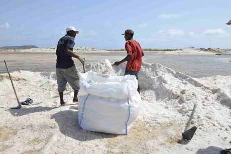 Sal et le sel : l'île tire son nom de l'exploitation des salines.