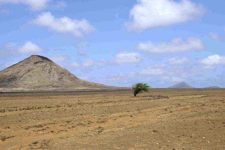 De manière presque incongrue, deux mamelons volcaniques surgissent au milieu d'un paysage plat et quasi désertique.