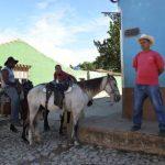 Des cow-boys en version Amérique latine descendent à Trinidad depuis les montagnes de la sierra del Escambray.