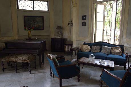 Dans le quartier de Vedado, le visiteur attentif découvre ça et là de belles maisons privées comme celle-ci, encore habitée par la même famille depuis les années 50.