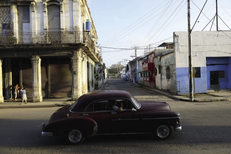Des vieilles Chrysler rutilantes, des Cadillac pomponnées, des Buick de collection : le ronron des belles américaines conservées depuis la période pré-révolutionnaire fait partie de l'imaginaire de Cuba, aussi bien que les rythmes de salsa, les volutes des cigares ou les daiquiris tant aimés par Hemingway