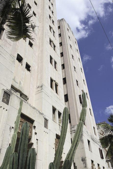 La vague Art déco qui a conquis New York ou Miami a traversé le golfe du Mexique. Avec le siège historique de la maison Bacardi, l'Edificio Lopez Serrano – l'Empire State Building de la capitale cubaine pour certains – est un des principaux vestiges de ce temps jadis, celui d'avant la baie des Cochons et la révolution castriste.