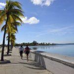 Parmi les premiers colons de Cienfuegos, beaucoup de Français, venus de Bordeaux et de Louisiane. Classée, comme La Havane et Trinidad, au patrimoine mondial de l'UNESCO, la ville portuaire et commerciale a connu son essor au milieu du XIXe siècle et en garde l'élégance.