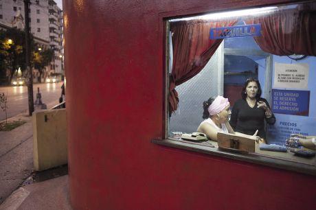 Un regard volé sur un salon décoré d'un tableau de femme, l'attente des clients à l'entrée d'un cinéma : dans la chaleur de la nuit tropicale, la vie déroule ses bobines en intérieur/ extérieur. Pour des scènes aux couleurs caraïbes.