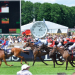 2 — Le prix de l'Arc de Triomphe, sponsorisé par le Qatar, attire les spectateurs privilégiés dans les gradins de l'hippodrome de Longchamp.