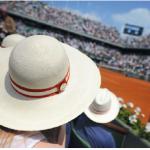 Les décideurs économiques se croisent dans les allées de Roland-Garros, vitrine prisée par les entreprises.