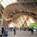 Le pavillon France, l'illustration d'un monde plus durable avec sa structure en bois et son concept de halle ouverte sous une voûte végétalisée.