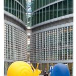 1 — Au pied du Palazzo Lombardia, longiligne gratte-ciel dessiné par l'architecte Ieoh Ming Pei et siège du gouvernement de la région, des escargots multicolores semblent déambuler au milieu de la jungle urbaine. Cette installation du Cracking Art Group célébrait à sa façon la venue de l'Expo 2015 à Milan.