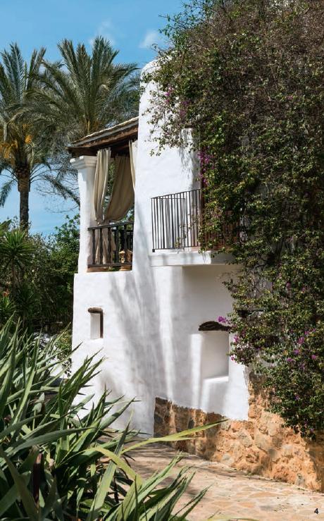 """4 — Le charme d'Ibiza est rehaussé par le blanc éclatant de ses fermes sans âge, pour certaines transformées en hôtel à l'image de l'Atzaro, un établissement """"country boutique""""."""