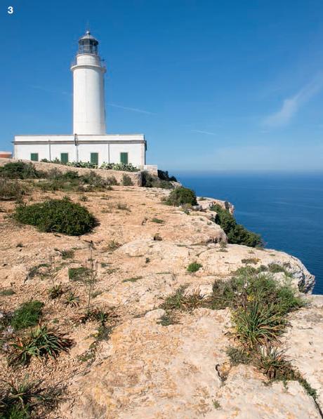 """3 — Jules Verne trouvait un air de """"fin du monde"""" au phare de Mola, perché sur une falaise abrupte tel une vigie pour l'île de Formentera."""