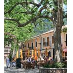 Parmi les plus beaux villages majorquins, Valldemossa semble fait pour la flânerie avec ses ruelles et ses places ombragées. Une étape incontournable pour visiter sa très belle chartreuse sur les pas de George Sand et de Chopin.