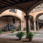 1 et 2 — Carrefour commercial stratégique pendant la période d'influence des rois de Majorque, au XIVe siècle, Palma s'est bâtie une histoire très riche. La capitale de l'île garde de ce temps-là un dédale de rues étroites bordées de maisons patriciennes, une vieille ville si resserrée que les marchés se tenaient dans les patios des riches demeures. Aujourd'hui, ils se privatisent pour des cocktails pleins du charme de cette cité si joliment méditerranéenne.