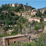 Les routes sinueuses de la Serra de Tramuntana sont bordées de villages à flanc de colline, pittoresques, entourés par une nature foisonnante composée d'oliviers, de cyprès, de figuiers, ou d'orangers. Un paysage culturel sublime, et classé à ce titre au patrimoine mondial.