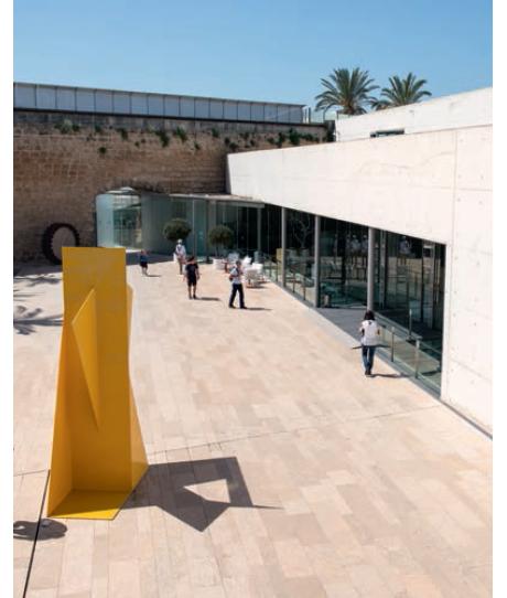 Intégrant dans son architecture épurée les remparts du bastion de Sant Pere qui défendaient la ville depuis la Renaissance, le musée Es Baluard se consacre à l'art contemporain. Au programme de la collection permanente, des oeuvres d'artistes locaux et quelques pièces de Miro et de Picasso.
