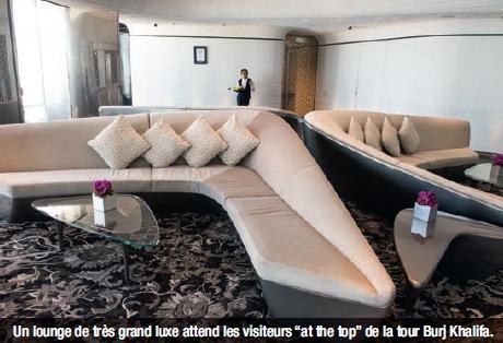 """Un lounge de très grand luxe attend les visiteurs """"at the top"""" de la tour Burj Khalifa."""