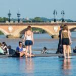 Des quais rendus au public avec un immense miroir d'eau dans lequel se reflète le Pont de pierre.
