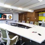 Modulaire et design, la salle Premium de Novotel s'organise autour d'un écran interactif qui module l'ambiance du lieu, éteignant de lui-même les lumières au lancement d'une présentation. Elle propose, en plus, une connectique simple pour éviter de se mettre à quatre pattes pour brancher ordinateurs et autres outils nomades.
