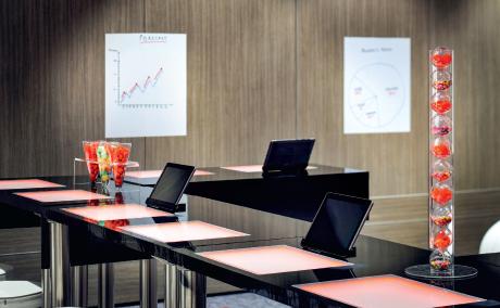 Au Marriott Paris Rive Gauche (1), les paperboards sont remplacés aux murs par du papier électrostatique pour écrire et effacer à volonté. Mais prendre des notes en réunion pourrait bientôt n'être qu'un souvenir avec le développement des solutions comme Surface Hub de Microsoft (2) ou de systèmes click & share (3). À peine la réunion terminée, son compte-rendu est directement diffusé par mail ou sur clé USB.