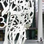 2 — Au coeur de Toranomon, quartier qui s'apprête à vibrer en 2020, une autre sculpture du Mori Art Museum, Roots de Jaume Plensa, est exposée en bas de la tour Toranomon Hills. Ce gratte-ciel inauguré l'an dernier est le nouveau fanion de Mori Building.