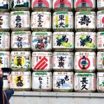 Le sanctuaire Meiji-jingu célèbre l'empereur qui a modernisé le Japon. En décoration, des tonneaux vides de saké, alcool créant l'union entre les hommes et les dieux.