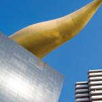 """RETOUR DE FLAMME - Les Jeux olympiques de 1964 avaient à leur époque salué l'avènement du Japon comme grande puissance mondiale, marquant le retour du pays dans le concert des nations après la guerre. La capitale japonaise attend des J.O. de 2020 qu'ils démontrent sa capacité à sans cesse innover, à """"découvrir demain"""" comme le résume le slogan de l'événement. Ici, la """"flamme d'or"""", dessinée par Philippe Starck et qui surmonte l'immeuble du brasseur Asahi."""