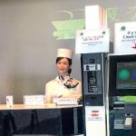 Longtemps cantonnés aux taches obscures derrière les lignes de production des usines, les robots entrent aujourd'hui en scène, au contact direct des clients. Au Japon, un hôtel en partie géré par des robots, le Henn Na, a ouvert cet été à Nagasaki. Ce premier exemple n'est sans doute pas le dernier, alors que la technologie robotique est en pleine effervescence.