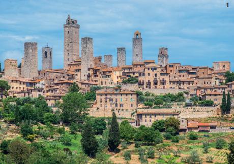 1 — Merveille de village, San Gimigniano a conservé presque intact son aspect du Moyen-Âge. Ses églises présentent aussi plusieurs chefs d'oeuvre datant de la Renaissance.