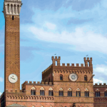 3 — En dehors des heures fiévreuses du palio, la course de chevaux qui parcourt le centre de Sienne, le Campo laisse la place aux touristes qui viennent admirer le spectacle architectural.