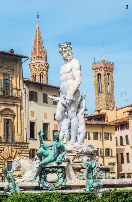 3 — Épicentre historique de Florence, la piazza della Signoria, dominée par le Palazzo Vecchio et la Loggia dei Lanzi, est devenue avec le temps un vrai musée à ciel ouvert.