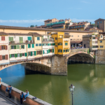 4 — Le Ponte Vecchio est surmonté par un passage secret, le corridor de Vasari, créé par les Médicis afin de circuler à l'écart de la foule.