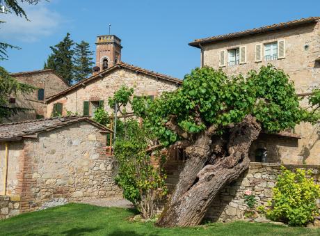 1 — Au coeur de la région du Chianti Classico, un village médiéval entouré par un domaine de 140 hectares de vignes a été minutieusement restauré pour se métamorphoser en un Relais & Châteaux, le Borgo San Felice.