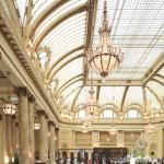 A son ouverture, en 1875, The Palace incarnait la richesse d'une ville née de la ruée vers l'or. Un bâtiment presque trop beau, trop grand, pour résister au tremblement de terre en 1906. Reconstruit et rouvert dans la foulée, le lieu a accueilli tous les grands noms de passage à San Francisco. Avant de retrouver cette année toute son élégance grâce à un programme de rénovation de plusieurs millions de dollars.