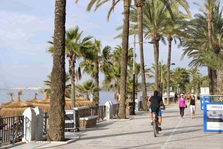 Les sportifs du matin arpentent la promenade de Marbella.
