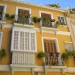 La ville basse de Malaga est organisée autour de grandes artères où s'alignent d'élégantes bâtisses fin XIXe siècle, certaines abritées par l'ombre massive de la cathédrale.