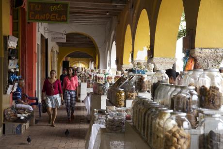 Principal bastion des colons espagnols, la ville était aussi le haut lieu du commerce triangulaire, où les esclaves étaient vendus sur la Plaza de los Coches. Aujourd'hui, sous les arches de la place, s'égaient les échoppes aux accents métissés des Caraïbes.