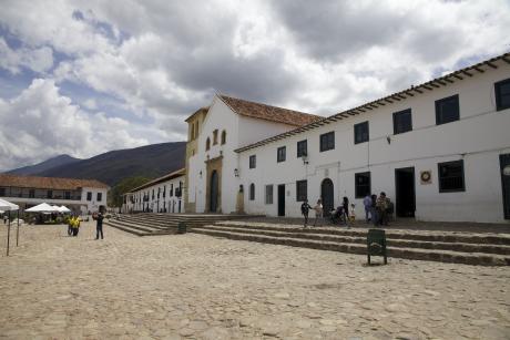 Paisiblement installée dans un paysage de montagnes depuis le milieu du XVIe siècle, Villa de Leyva semble ne pas avoir bougé depuis l'époque des premiers colons espagnols. En son centre, l'immense Plaza Mayor, l'une des plus grandes de tout le continent, entourée de maisons blanches à arcades.