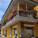 Des maisons riantes et colorées où les fleurs en bouquet débordent des balcons de bois : les rues animées de Carthagène diffusent cette ambiance foisonnante et exotique qui se dessine en arrière-plan des romans de Gabriel Garcia Marquez