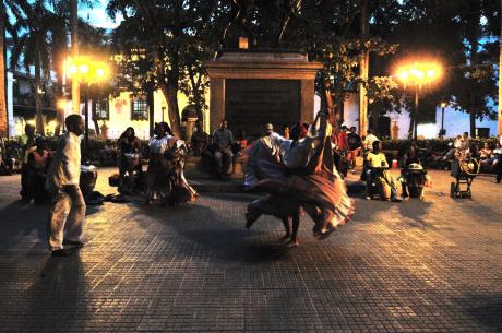 Le soir tombé, les rythmes africains mêlés de sons afro-cubains embrasent certaines places de Carthagène.